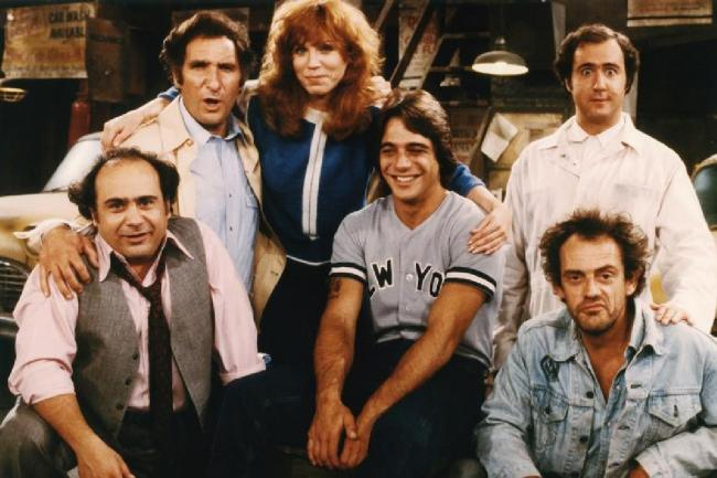 Judd Hirsch with the cast of the Taxi.
